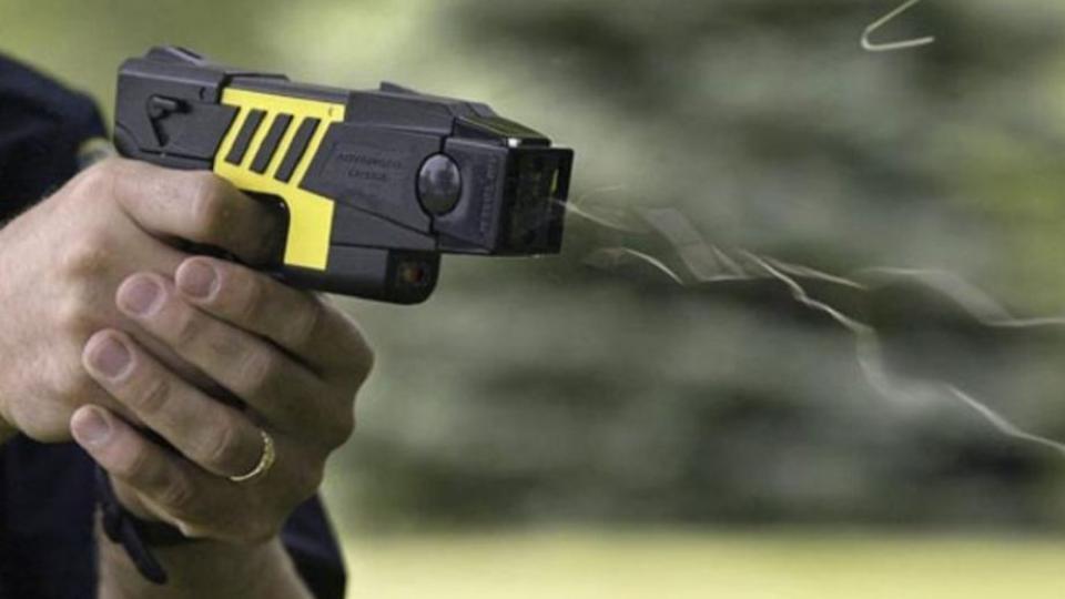 Seguridad  Municipios bonaerenses buscan implementar el uso de pistolas Taser